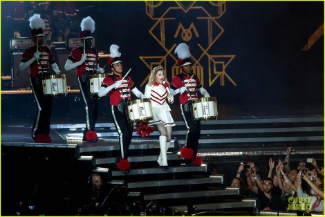 madonna performs 310512